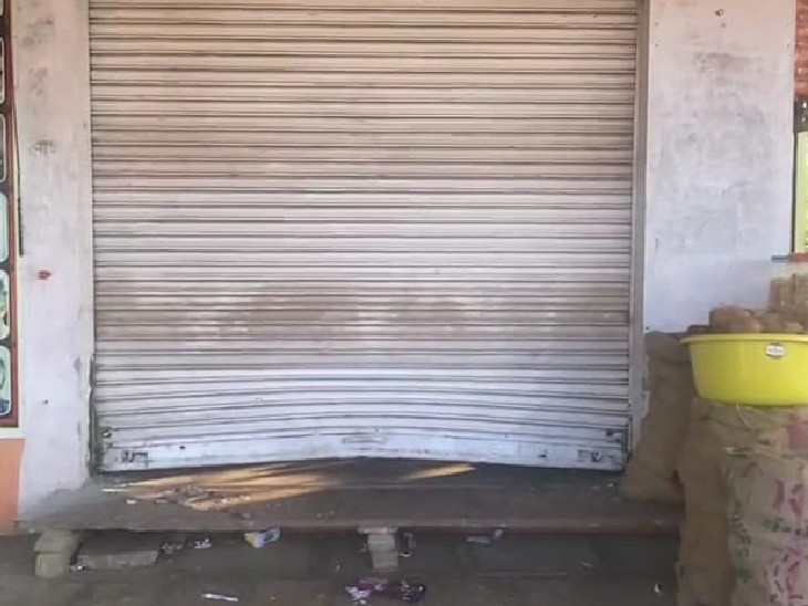 पुलिस ने दुकान संचालक की रिपोर्ट पर अज्ञात चोरों के खिलाफ मामला दर्ज किया है। - Dainik Bhaskar