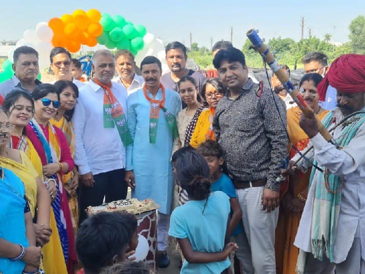 बच्चों के लिए खेलकूद का मेला लगवाय,झुग्गी झोपड़ी में केक काटकर और बच्चों को लग्जरी कारों में घुमा कर मनायाजन्मदिन|भीलवाड़ा,Bhilwara - Dainik Bhaskar