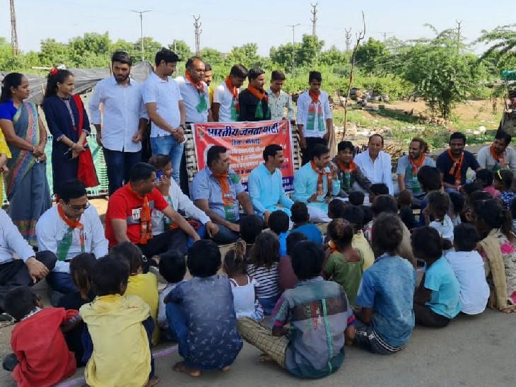 कार्यक्रम के तहत गरीब बच्चों के परिजनों से बात करते जनप्रतिनिधि।
