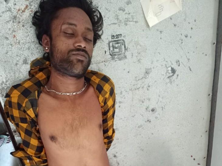 छत से पलंग पर गिरा सांप,युवक के गले में लिपटकर डंक मारा,परिजनों ने भोपा के पास जाकर झाड़फूंक कराया,तबीयत बिगड़ने पर मौत|डूंगरपुर,Dungarpur - Dainik Bhaskar