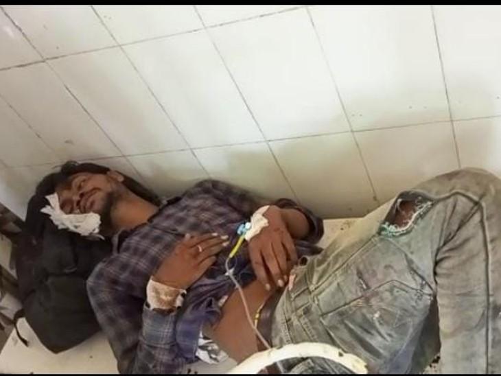 सड़क हादसे में घायल युवक। - Dainik Bhaskar