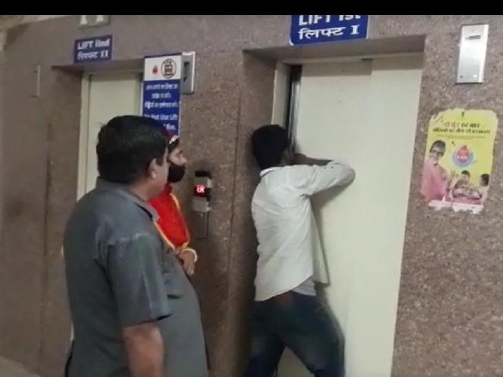 सेंकेड से ग्राउंड फ्लोर पर आते हुए लिफ्ट का इस्तेमाल किया,लाइट जाने से आंधे घंटे तक फंसा रहा,सायरन बजाने पर भी नहीं सुना|चूरू,Churu - Dainik Bhaskar