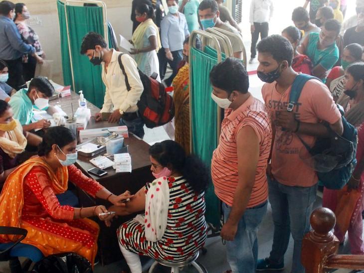 यह फोटो गुरुग्राम की है। यहां वैक्सीनेशन सेंटर पर लोगों को कोरोना वैक्सीन लगाई जा रही है।