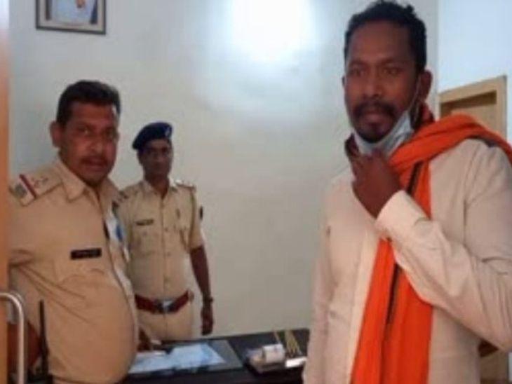 जीत राम मुंडा सिविल कोर्ट में सरेंडर करने पहुंचा था। वहां पहले से पुलिस घात लगाकर बैठी थी। जैसे ही वह सरेंडर करने पहुंचा, पुलिस उसे दबोच ली। - Dainik Bhaskar