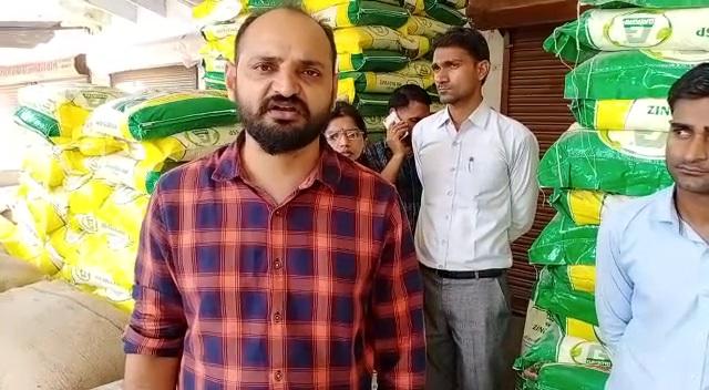 महुवा में खाद बीज की दुकानों का निरीक्षण करने पहुंचे एसडीएम। - Dainik Bhaskar