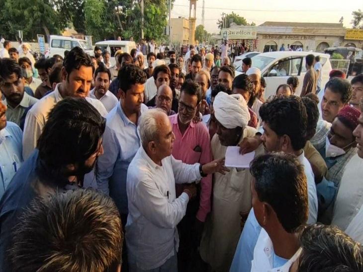 पूर्व प्रधान ने बीच सड़क पर प्रभारी मंत्री का रुकवाया काफिला; जिला कलेक्टर को हटाने की मांग की|जैसलमेर,Jaisalmer - Dainik Bhaskar