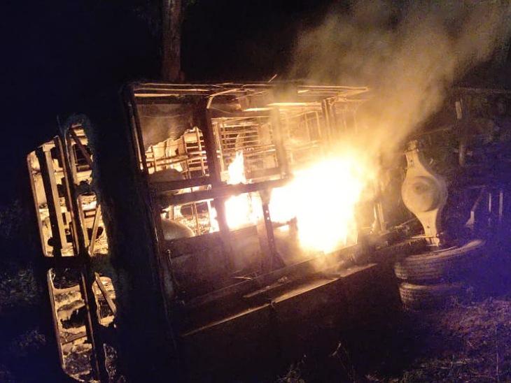 हाईवे किनारे खंदी में जलती हुई बस।