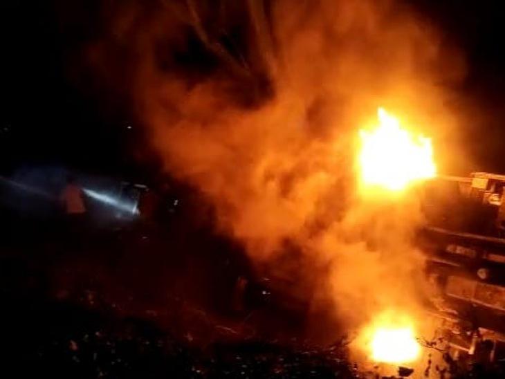 अमरोहा में हाईवे पर दौड़ती बस आग के गोले में तब्दील हो गई। हादसे में एक महिला यात्री जिंदा जलकर मर गई। - Dainik Bhaskar