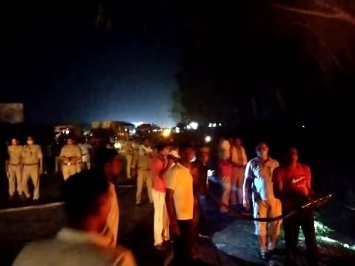 हाईवे पर रोडवेज बस में लगी आग के बाद मौके पर जुटी भीड़।
