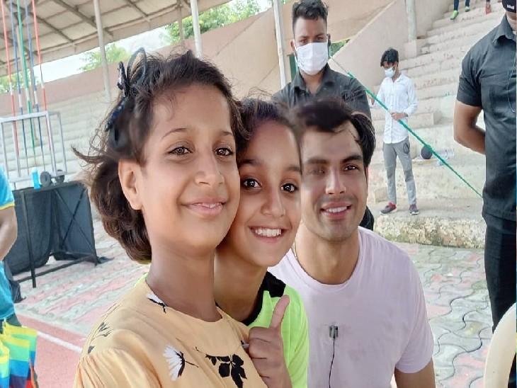 दिल्ली के बवाना स्टेडियम में नीरज चोपड़ा के साथ बागपत की बेटियां।