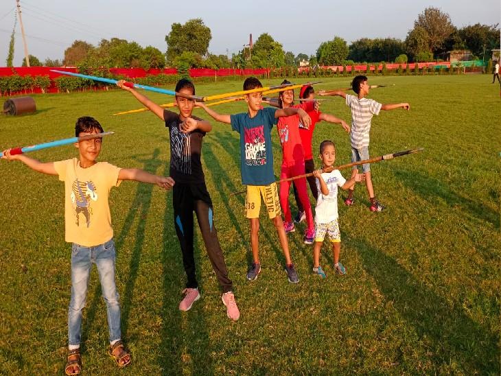 बागपत के खेकड़ा में स्थित एकेडमी में भाला फेंकने का अभ्यास करती वैष्णवी और आरवी व अन्य खिलाड़ी।