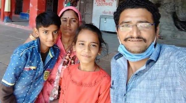 नन्हे बच्चों और पत्नी के साथ संविदा कर्मचारी।