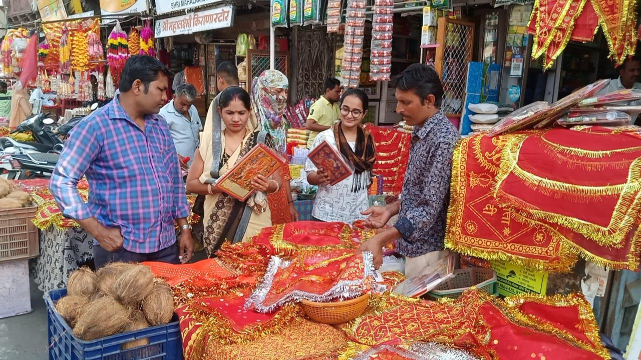 बाजारों में सजी दुकानें, चुनरी और पूजा का सामान लेती महिलाएं।
