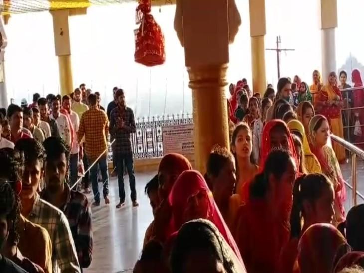 आस्था पर कोरोना का नहीं दिखा असर, उमड़े श्रद्धालु मंदिरों में गूंजे जयकारे, पहाड़ी स्थित गढ़ मंदिर में लगी मां के भक्तों की कतार|बाड़मेर,Barmer - Dainik Bhaskar