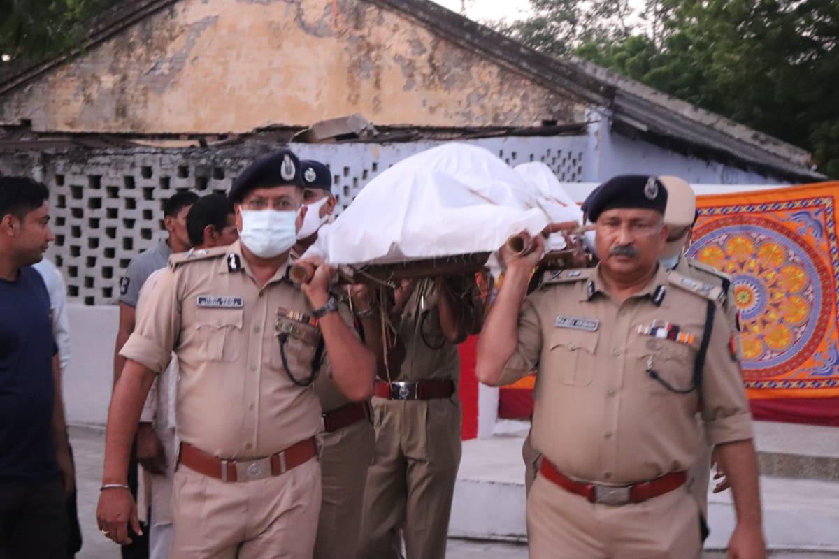 पुलिस लाइन में मृतक सिपाही पवन कुमार की अर्थी को कंधा देते एडीजी राजीव कृष्ण और आइजी नवीन कुमार।