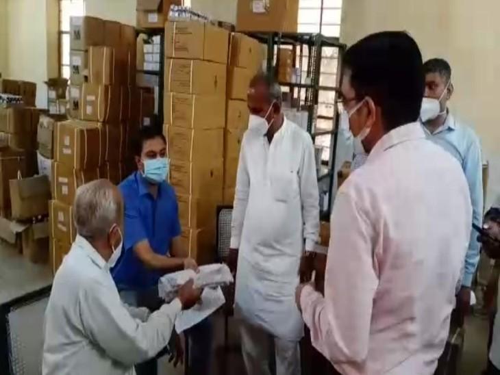 डॉक्टरों द्वारा लिखी पर्चियों को कलेक्टर को जांच के लिए देते हुए।