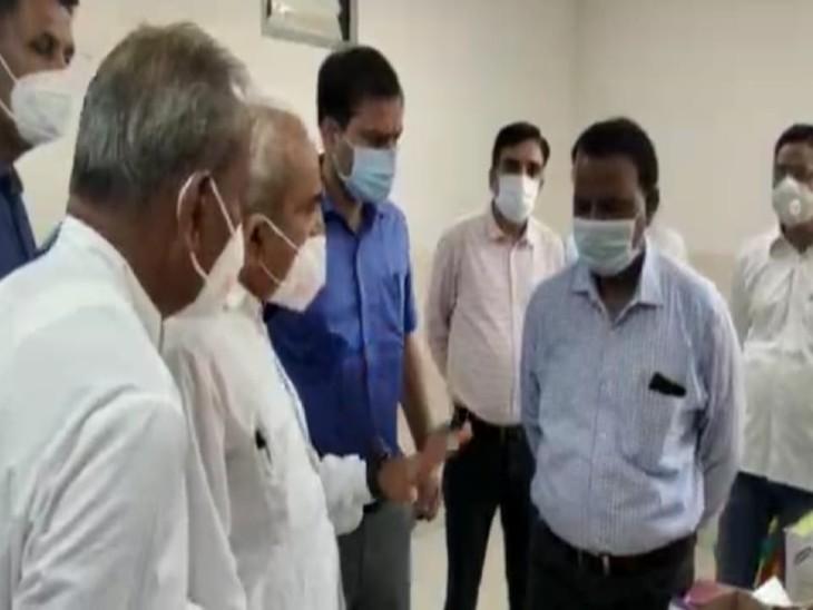 मंत्री ने जिला अस्पताल का किया निरीक्षण, मरीजों की दवाइयां बाहर से मांगने की शिकायत पर अस्पताल के अधिकारियों व डॉक्टरों को लगाई लताड़|बाड़मेर,Barmer - Dainik Bhaskar