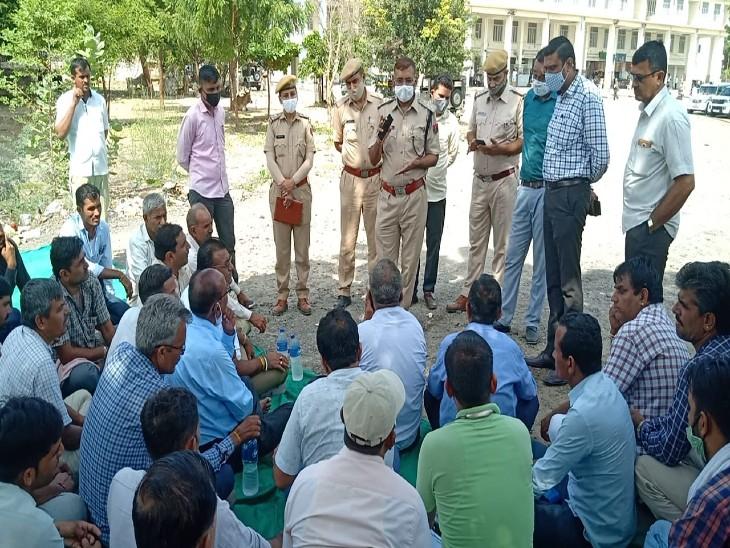 धरने पर बैठे रोडवेज कर्मचारी से बातचीत करते अधिकारी। - Dainik Bhaskar