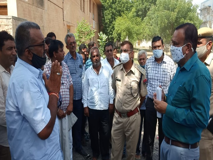 रोडवेज कर्मचारी से वार्ता करते एसडीएम और डीएसपी।