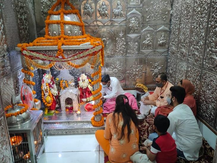 सिरमौर के त्रिलोकपुर मंदिर में मत्था टेकते श्रद्धालु।