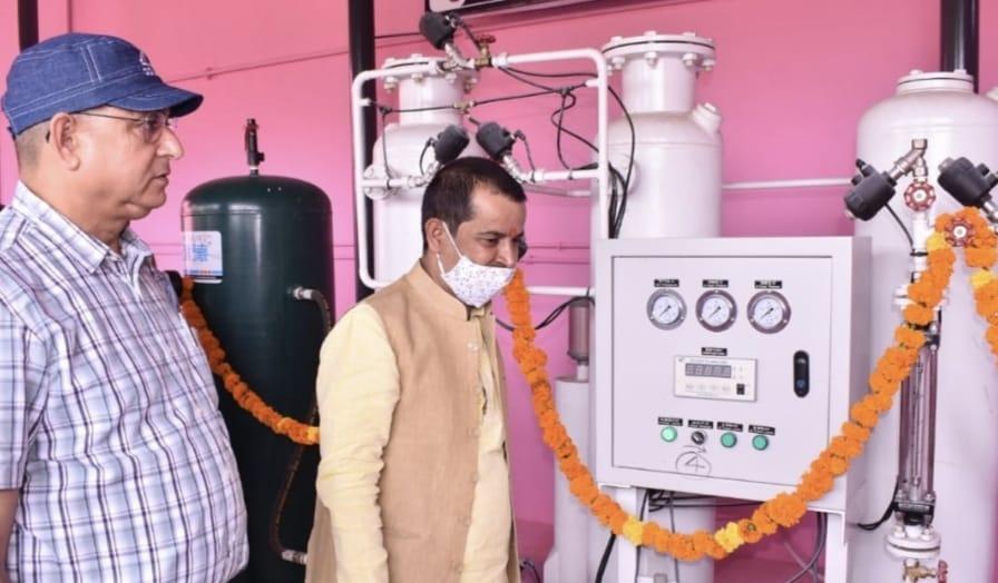 अयोध्या के राजकीय श्री राम चिकित्सालय में ऑक्सीजन प्लांट का लोकार्पण करते महापौर ऋषिकेश उपाध्याय