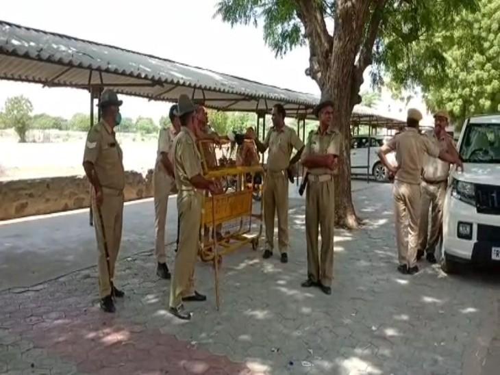 पीजी कॉलेज में तैनात पुलिस जाब्ता।