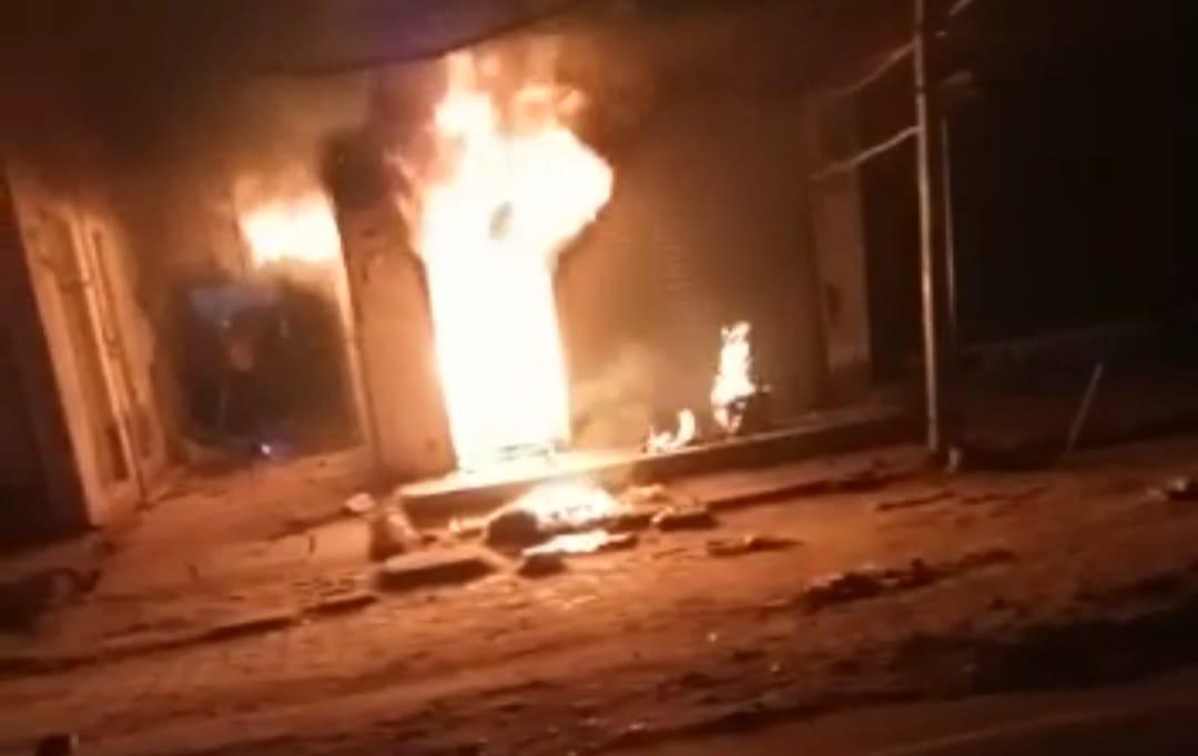 आग लगाने वाला व्यक्ति सीसीटीवी कैमरे में कैद, पीड़ित दुकानदार ने मकान मालिक पर लगाया आरोप, आग से आठ लाख रुपए का माल जल गया|आगरा,Agra - Dainik Bhaskar