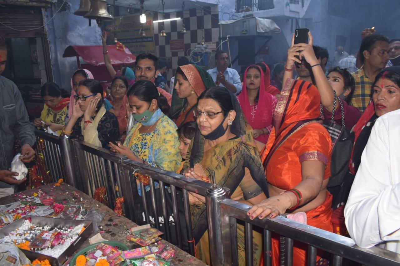 सदर स्थित काली माता मंदिर में पहुंच रही भक्तों की भीड़।
