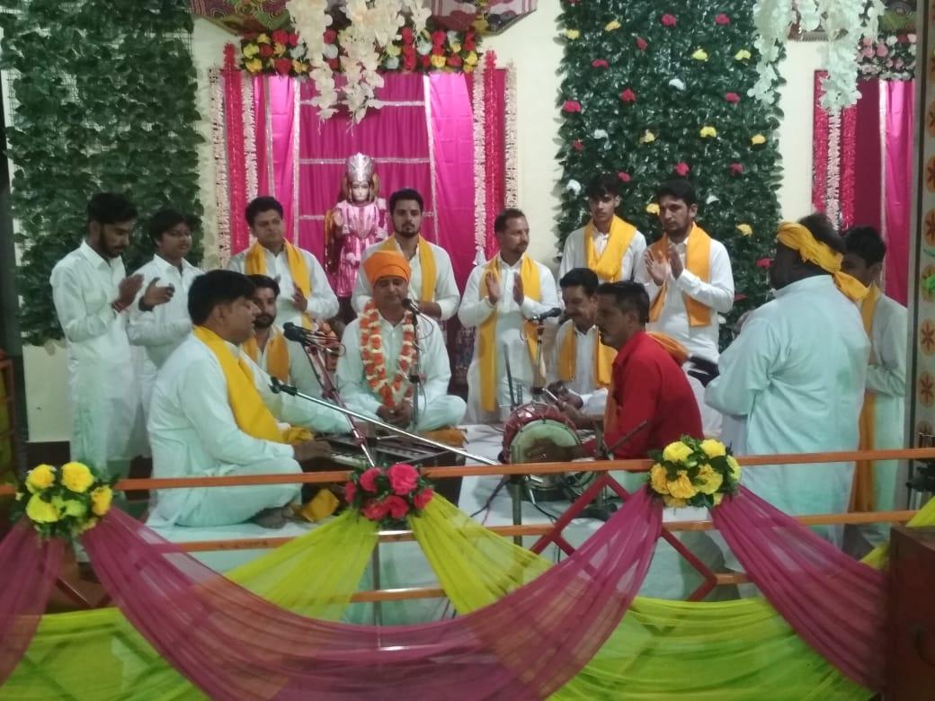 श्रीगंगानगर के अन्न क्षेत्र श्रीराम मंदिर में संकीर्तन करते श्रद्धालु। - Dainik Bhaskar