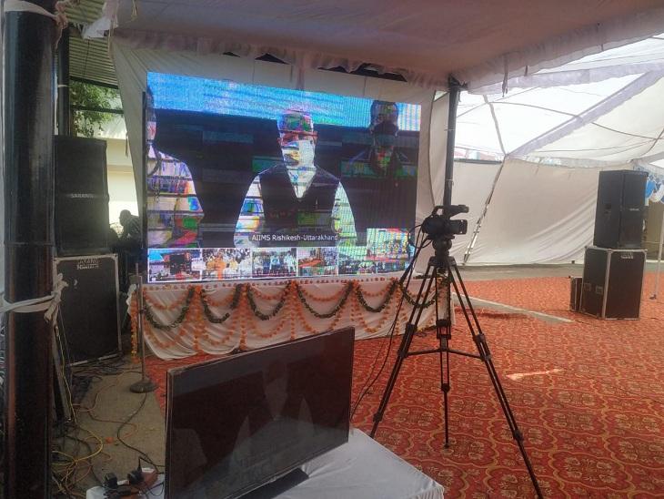 ऑक्सीजन प्लांट का वर्चुअली उद्घाटन करते प्रधानमंत्री नरेंद्र मोदी। - Dainik Bhaskar