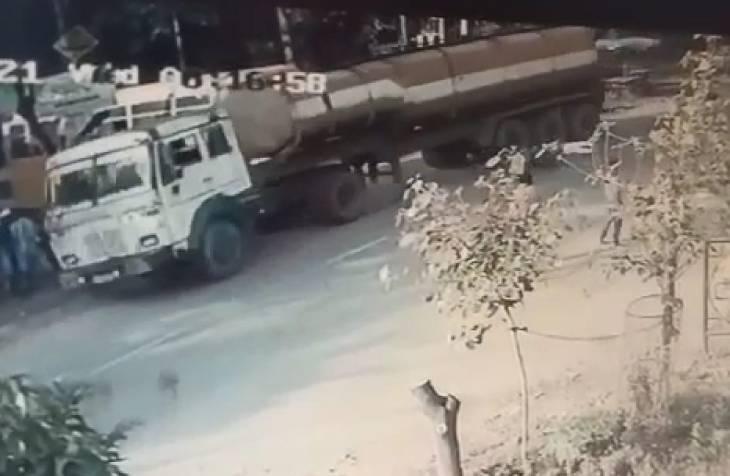 चौराहे पर बाइक सवार को कुचलता हुआ निकल गया टैंकर, मौके पर दम तोड़ा, देखें VIDEO|उज्जैन,Ujjain - Dainik Bhaskar