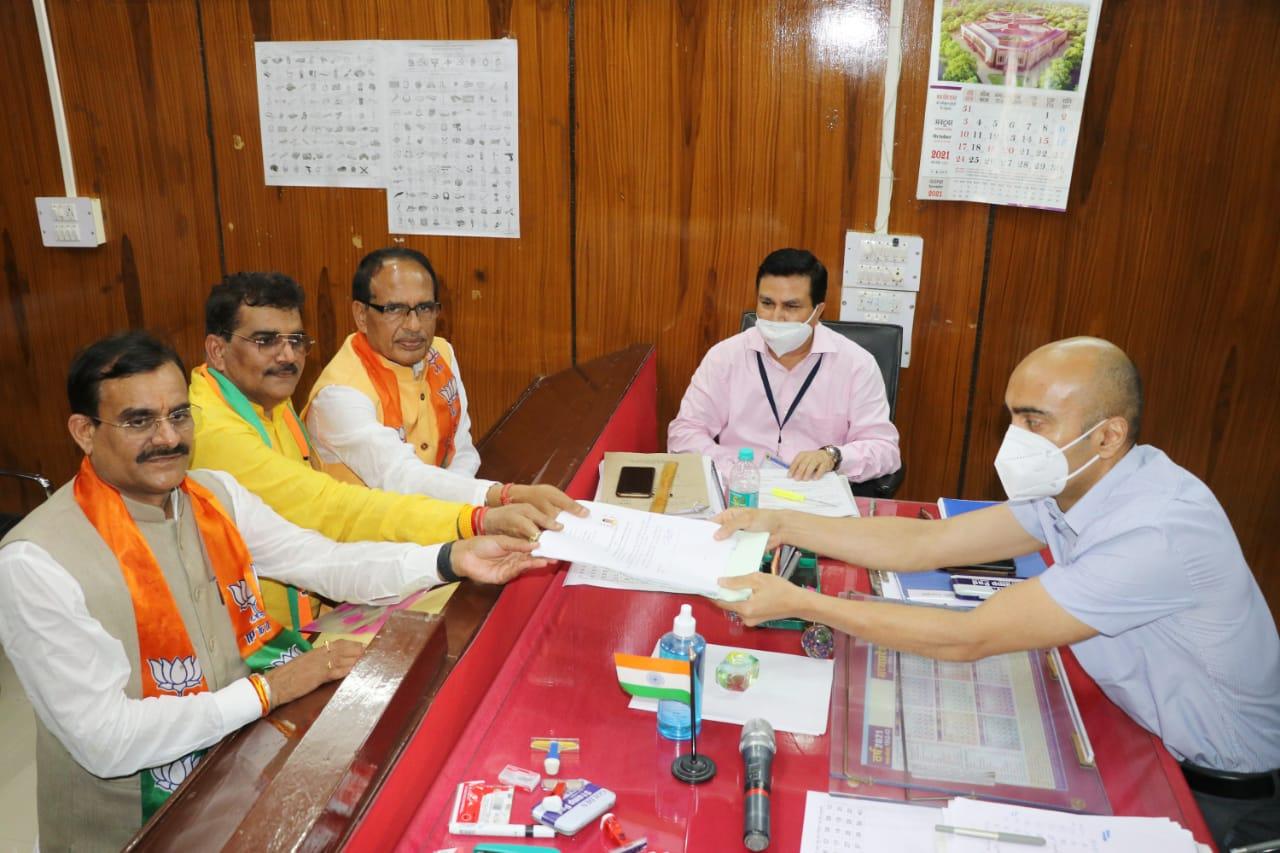 शिवराज-वीडी शर्मा के साथ भाजपा प्रत्याशी ज्ञानेश्वर पाटिल ने रिटर्निंग ऑफिसर को दिया पत्र।