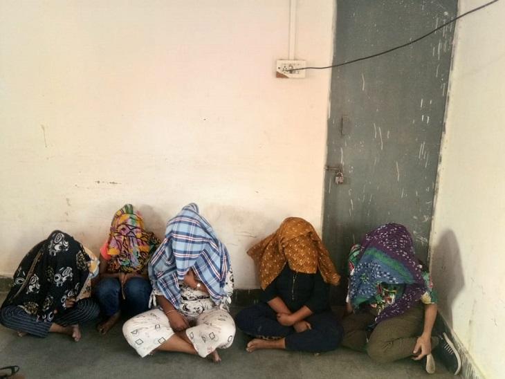 मसाजके नाम पर देह व्यापार में लगी थीं लड़कियां,बोगस ग्राहक भेजकर पकड़ा, 5 लड़कियों सहित मैनेजर और 2 युवकों को पकड़ा|जैसलमेर,Jaisalmer - Dainik Bhaskar
