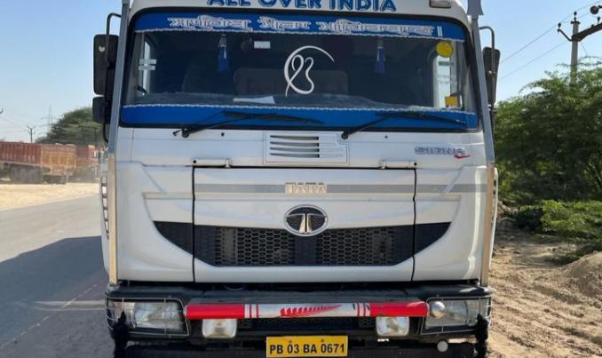 श्रीगंगानगर जिले में मानकसर के पास पकड़ा जिप्सम लदा ट्रक। - Dainik Bhaskar