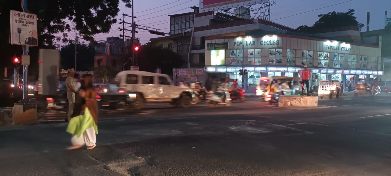 हरीपर्वत चौराहे पर शाम को आईजी नवीन अरोरा ने यातायात व्यवस्था का जायजा लिया।