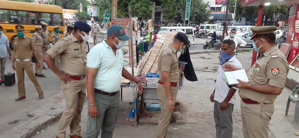 हरीपर्वत चौराहे पर अधिकारियों के साथ निरीक्षण करते आईजी नवीन अरोरा।