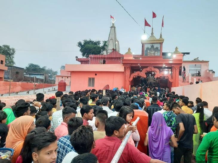 काली माता मंदिर में श्रद्धालुओं की भीड़।