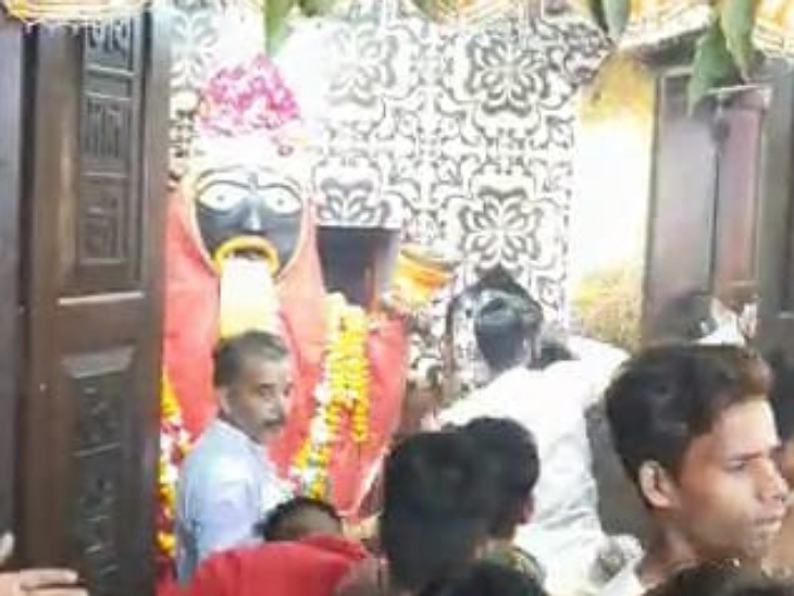 काली माता मंदिर में पूजा अर्चना करते लोग।