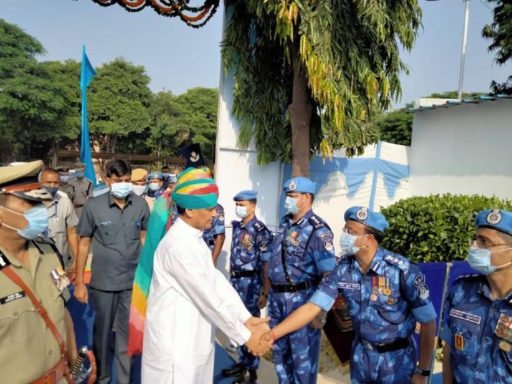 29वीं वार्षिक वर्षगांठ परेड के अवसर पर केंद्रीय गृह राज्यमंत्री नित्यानंद राय जवानों से हाथ मिलाते हुए।