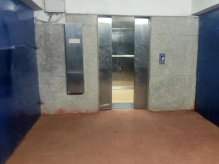 प्लेटफार्म नंबर एक पर लगी लिफ्ट में फंसा परिवार, 15 मिनट बाद लिफ्ट का गेट खोलकर निकाला बाहर|बैतूल,Betul - Dainik Bhaskar