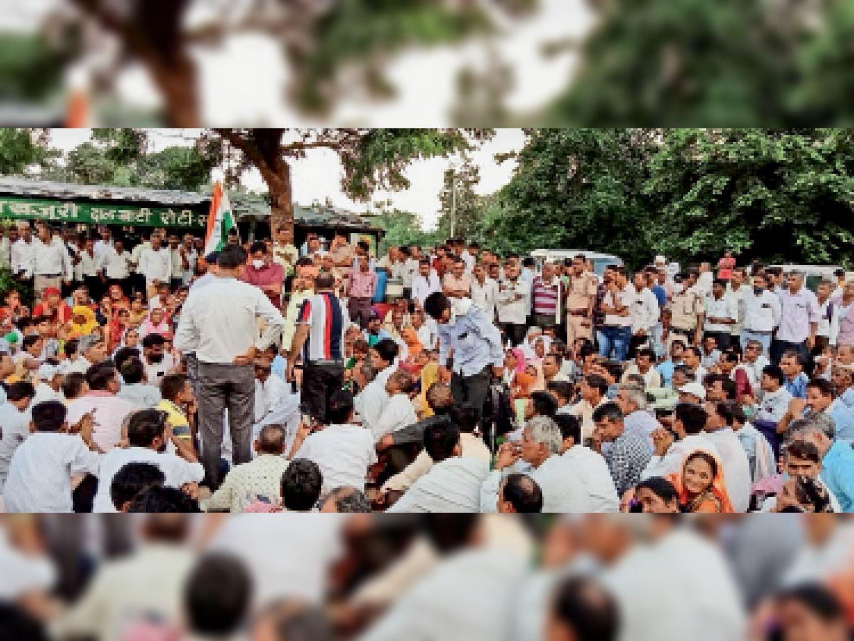 जिला प्रशासन द्वारा दांडी यात्रा में शामिल शिक्षकों को रोकने के बाद खजूरी में डाला महापड़ाव। - Dainik Bhaskar