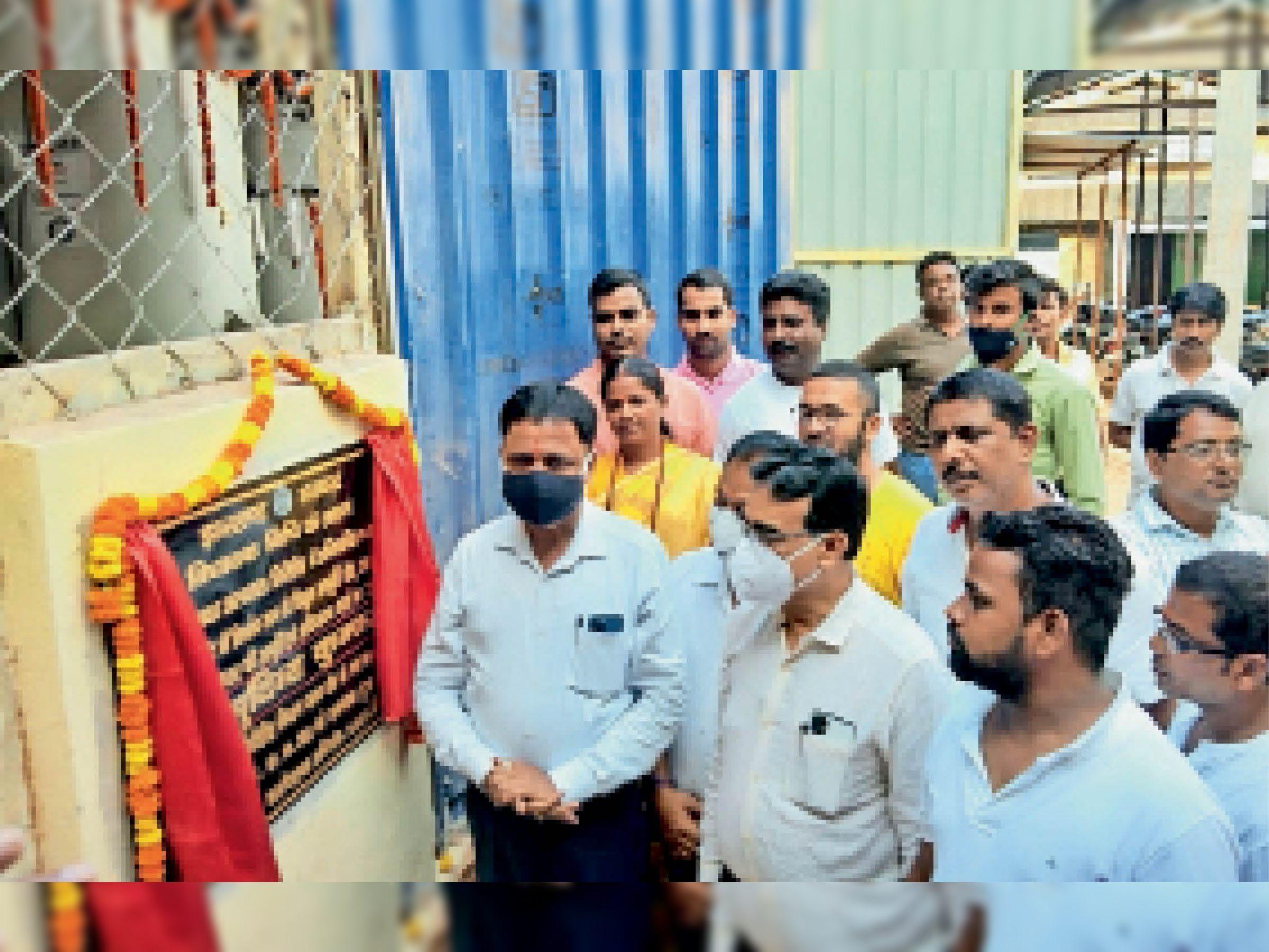 ऑक्सीजन प्लांट की पाइप लाइन का उद्घाटन करते विधायक सुदिव्य सोनू, सिविल सर्जन और अन्य पदाधिकारी। - Dainik Bhaskar