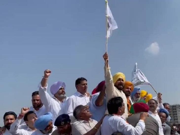 मार्च के दौरान किसानी झंडा लहराते सीएम चन्नी।