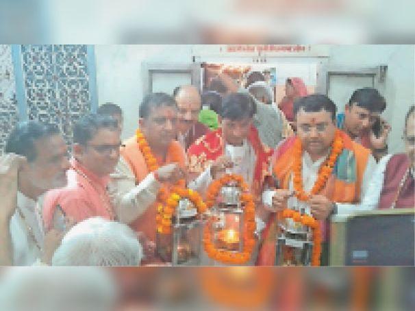 जय भवानी-जय भिवानी अखंड ज्योत रथ यात्रा आयोजन के दाैरान भोजा वाली देवी माता मंदिर में माैजूद गणमान्य नागरिक। - Dainik Bhaskar