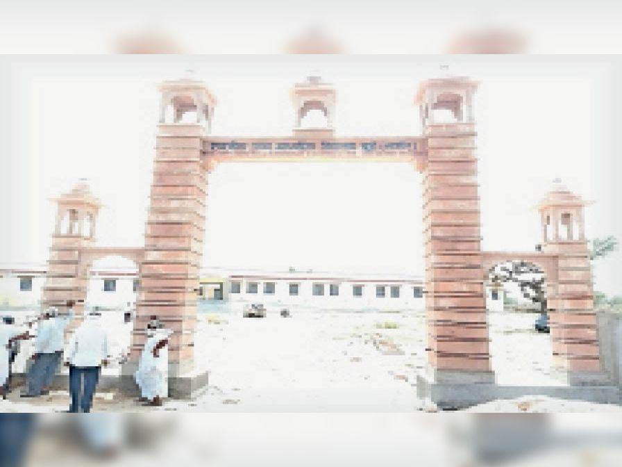 चुई के राजकीय स्कूल का बनाया गया मुख्य द्वार। - Dainik Bhaskar