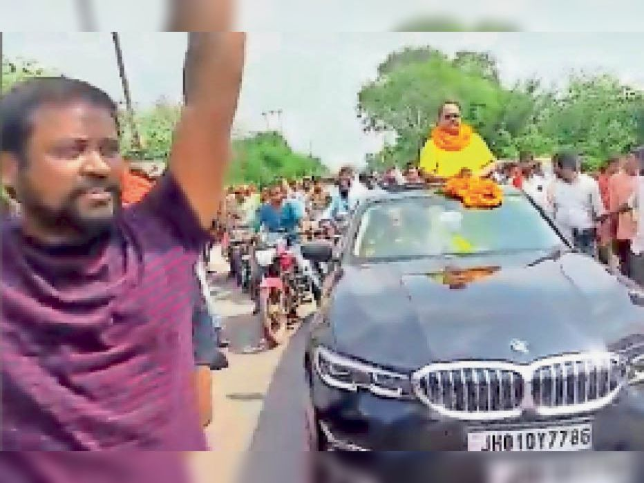 खुली कार से बाइक सवार समर्थकों के साथ नामांकन करने जाता प्रत्याशी। - Dainik Bhaskar