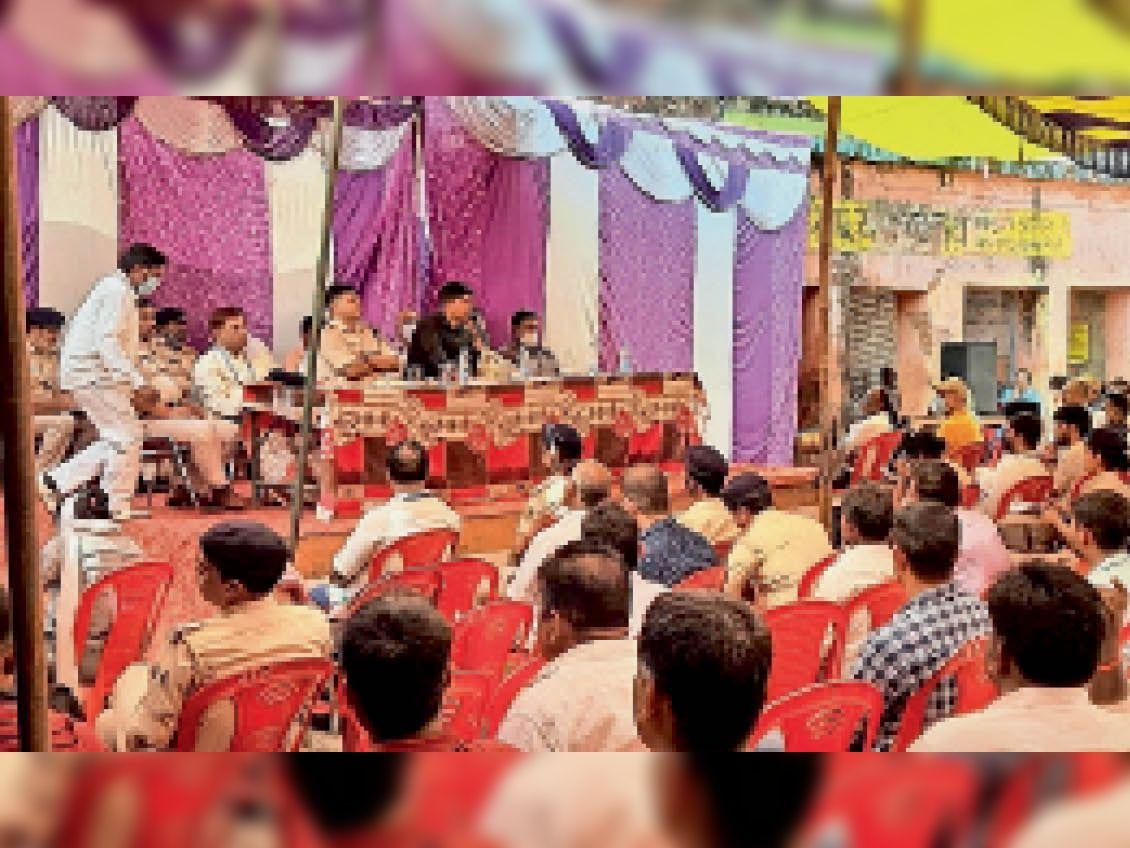 काराकाट में आयोजित बैठक में शामिल डीएम ,एसपी व अन्य। - Dainik Bhaskar
