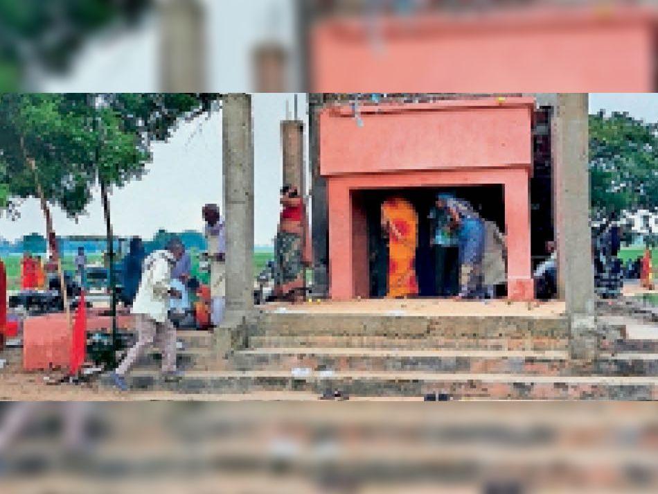 घिंहु ब्रम्ह का निर्माण होता मंदिर। - Dainik Bhaskar