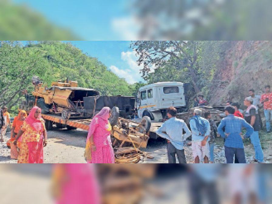 देसूरी चारभुजा नाल में ट्रोला पलटने से यातायात बाधित हाे गया। - Dainik Bhaskar