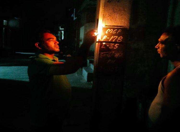 पाली के इन्द्रा कॉलोनी में मोहल्लेवासी रोड लाइट पोल पर मोमबत्ती जलाते हुए।